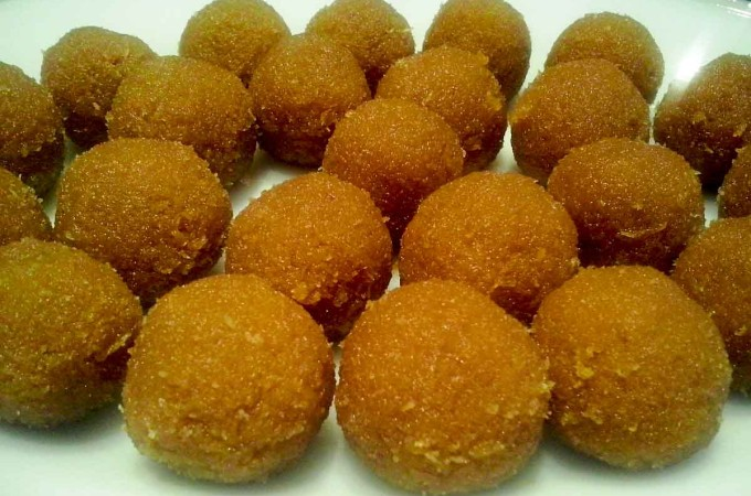 Nariyal Ladoo (Coconut Laddoo)